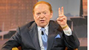 Sheldon Adelson fazendo gesto com a mao